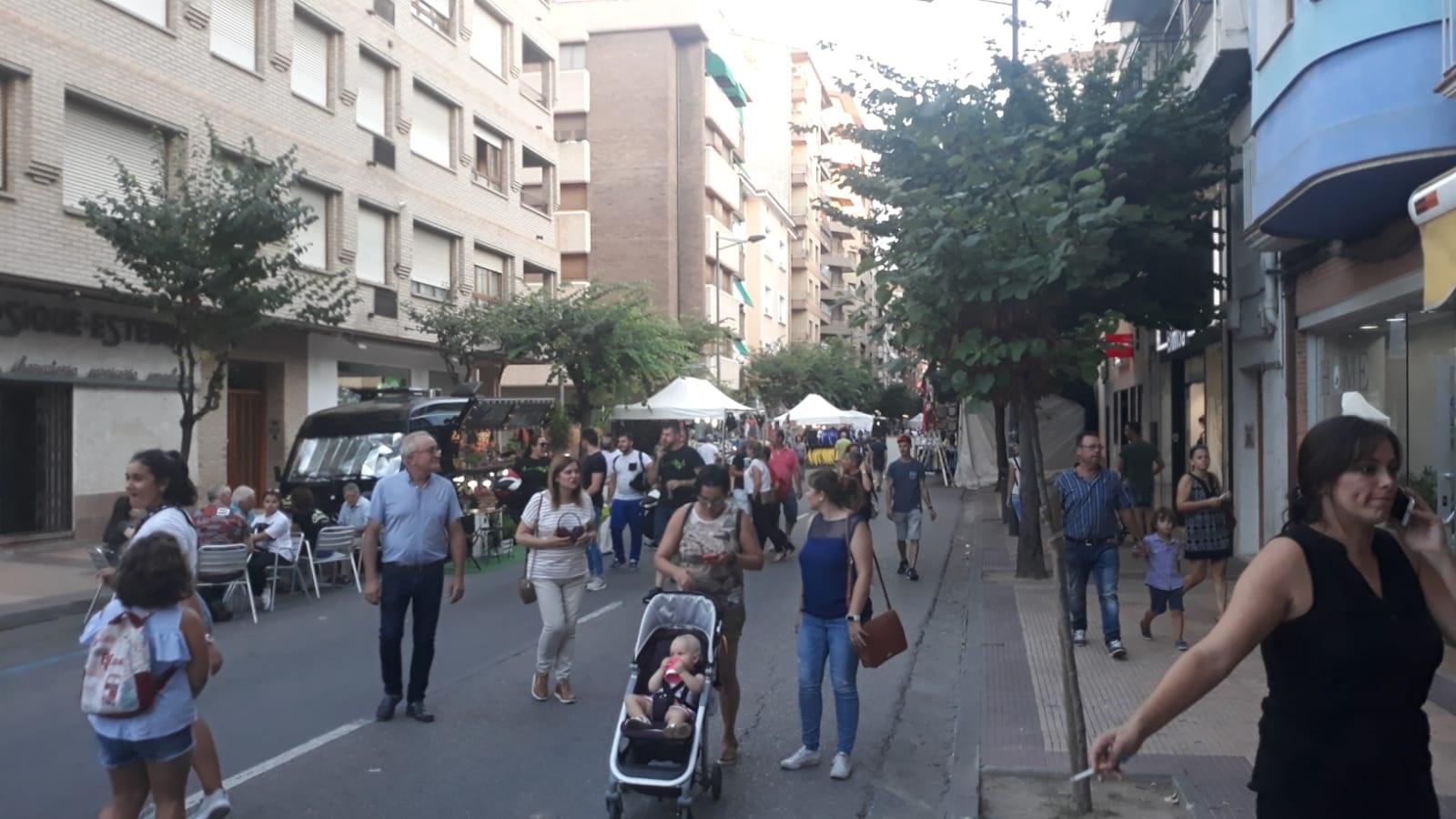 La avenida Aragón se ha llenado de ambiente ya el viernes por la tarde. JAVIER DE LUNA