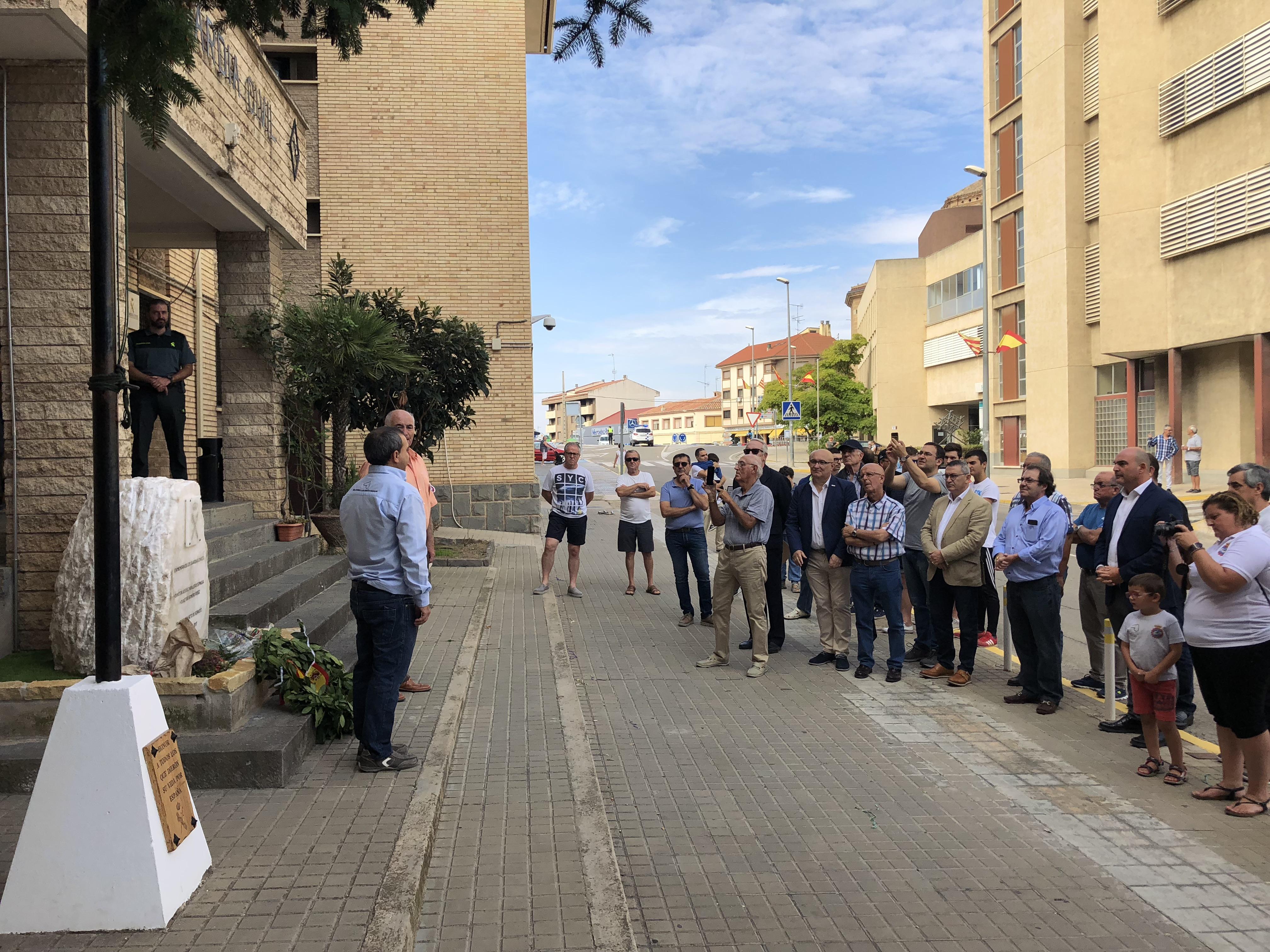 Homenaje a Romero y Caballero, los dos guardias asesinados en Andorra, en el monolito en su honor a las puertas del cuartel de Alcañiz