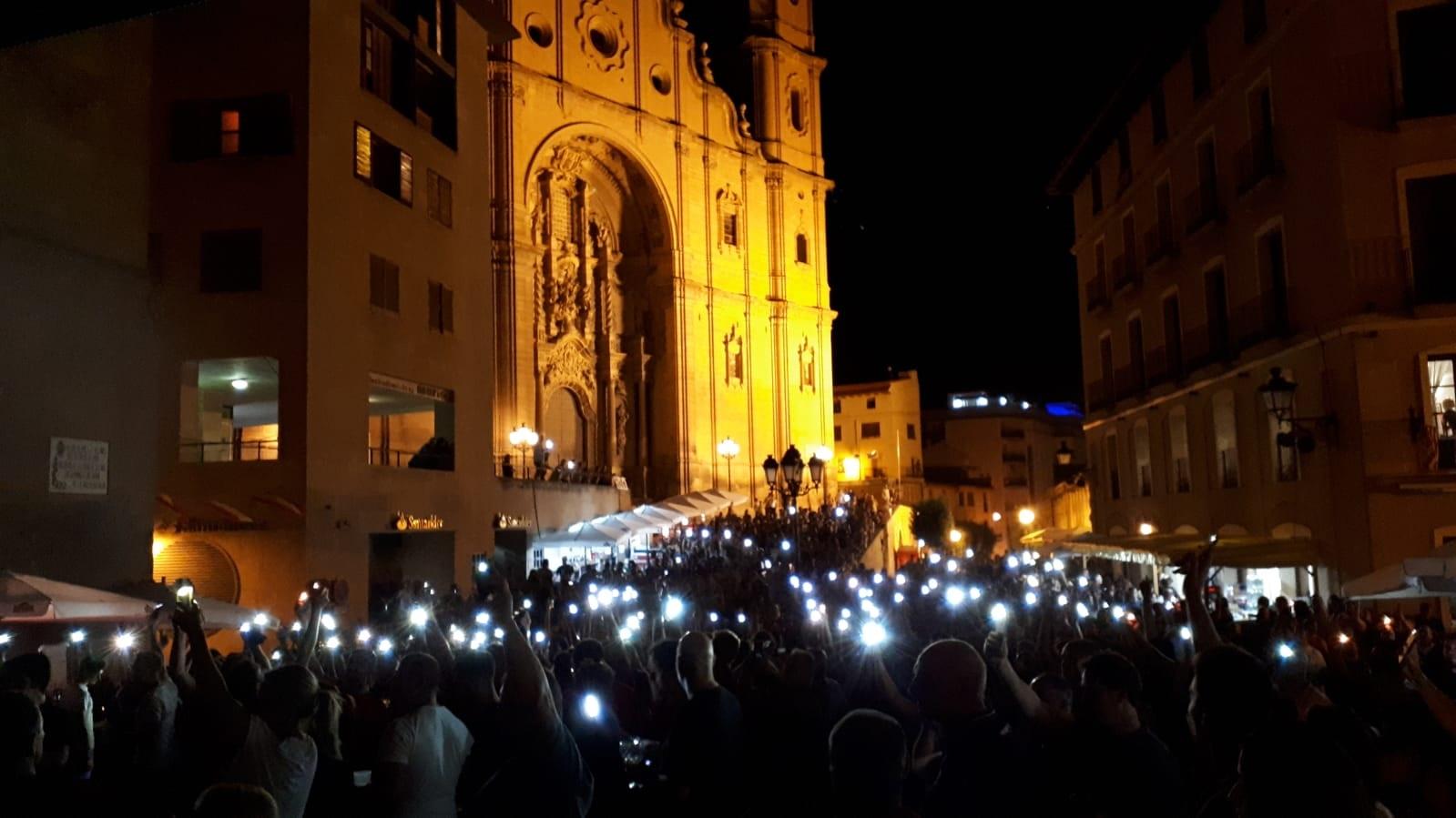 Decenas de móviles iluminando anoche la plaza de España. JAVIER VILCHEZ