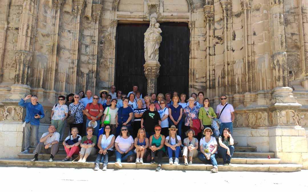 Un grupo de turistas en Caspe visitando la localidad este verano.