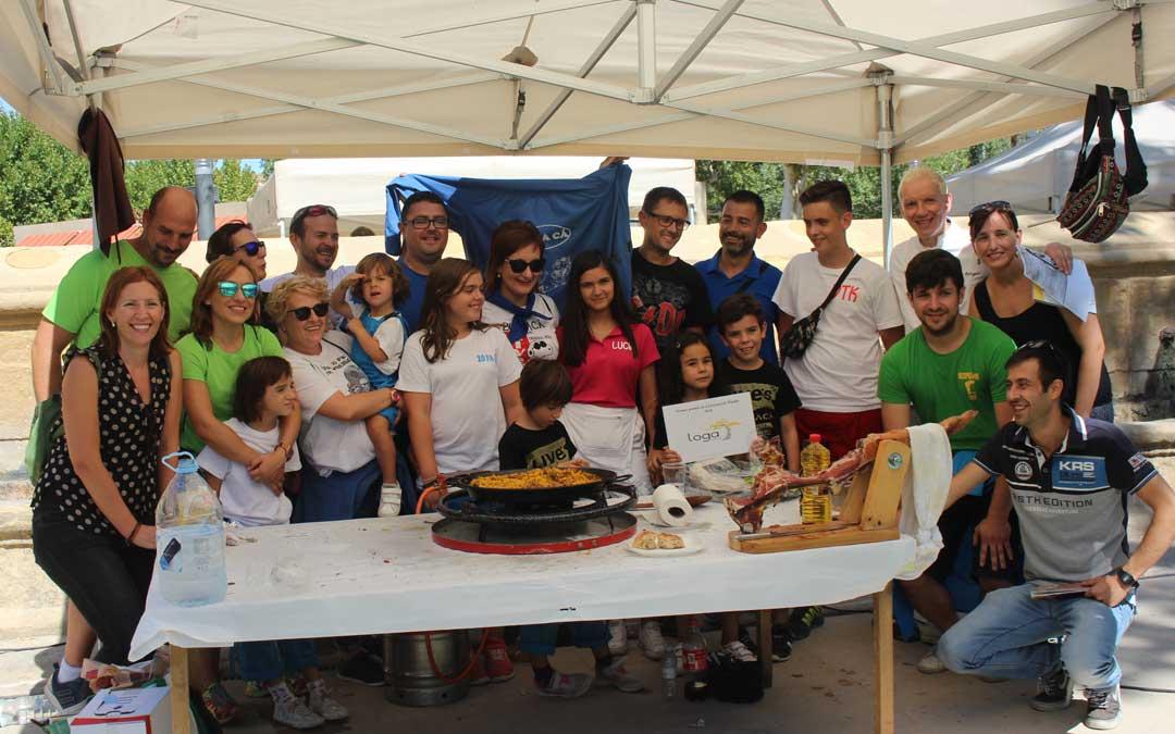 La peña ganadora del concurso de paellas, Vente pa'ca, junto con el jurado, patrocinadores y otros participantes