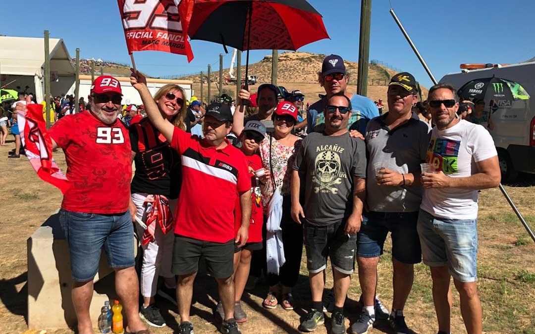 Fans de Márquez en la grada que llegaron desde Ibiza. LAURA CASTEL