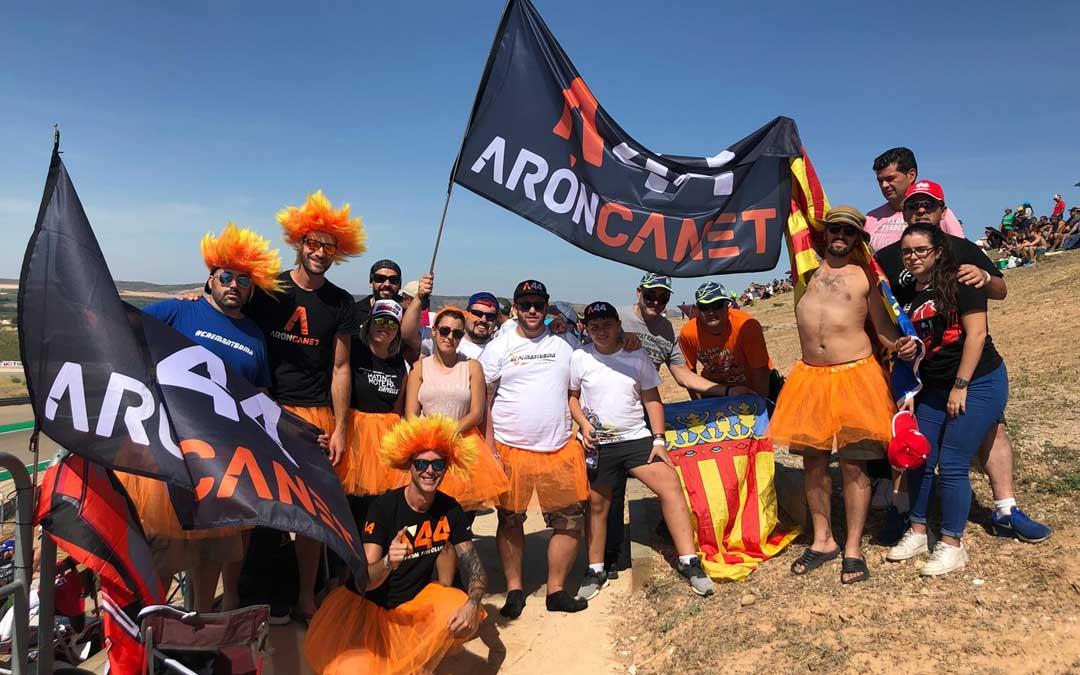 El club de fans de Aron Canet este sábado en el circuito. LAURA CASTEL