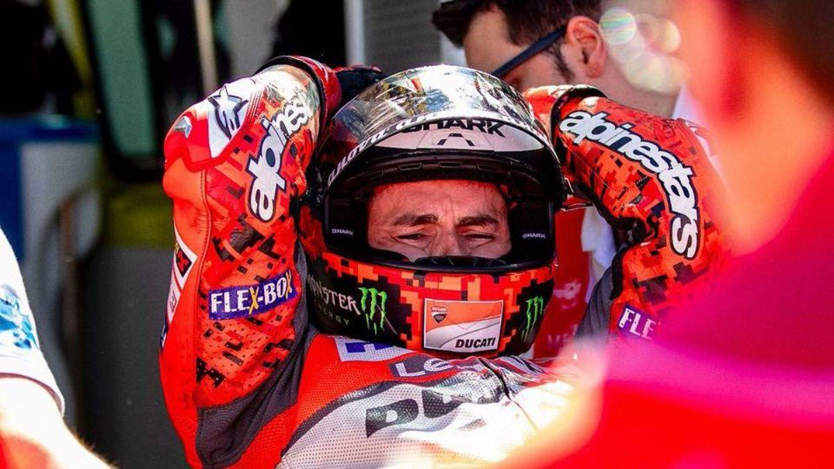 Lorenzo se duele tras la caída en la primera curva del GP de Aragón el domingo
