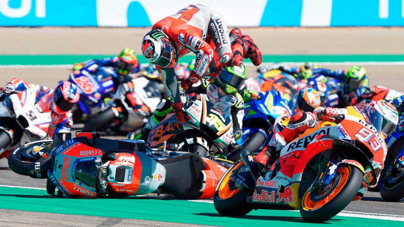 Jorge Lorenzo derrapó en la primera curva