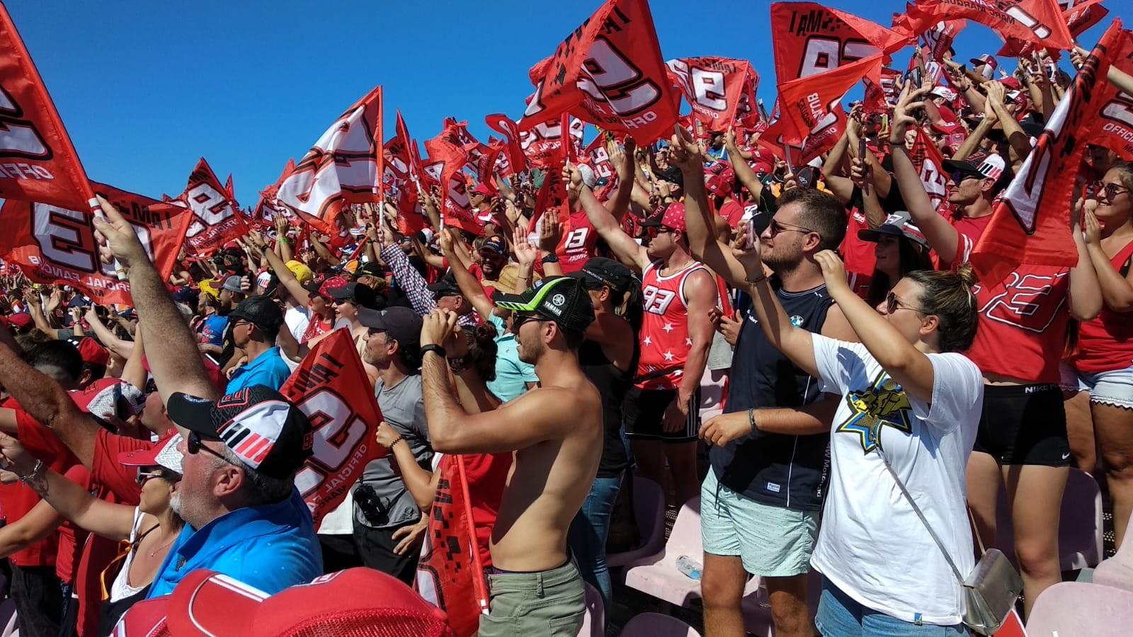 Los fans de Márquez celebrando la victoria. PABLO MARQUÉS