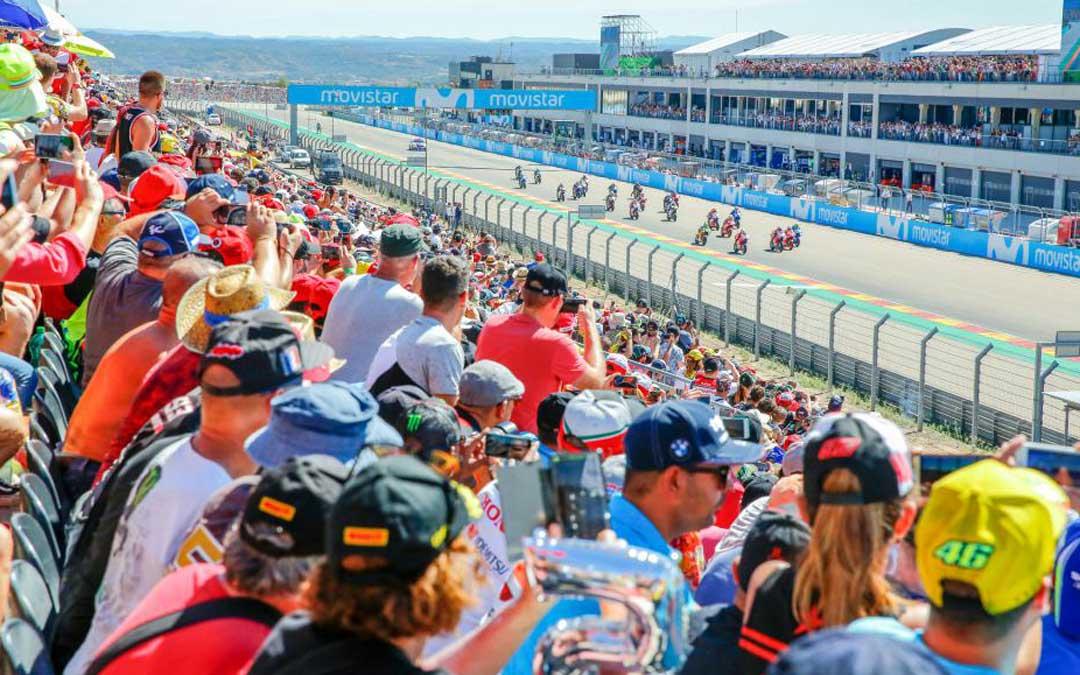 La grada de resta de meta abarrotada de público este domingo, al igual que los balcones d elas salas VIP's (enfrente), en el inicio de la carrera de MotoGP. la comarca