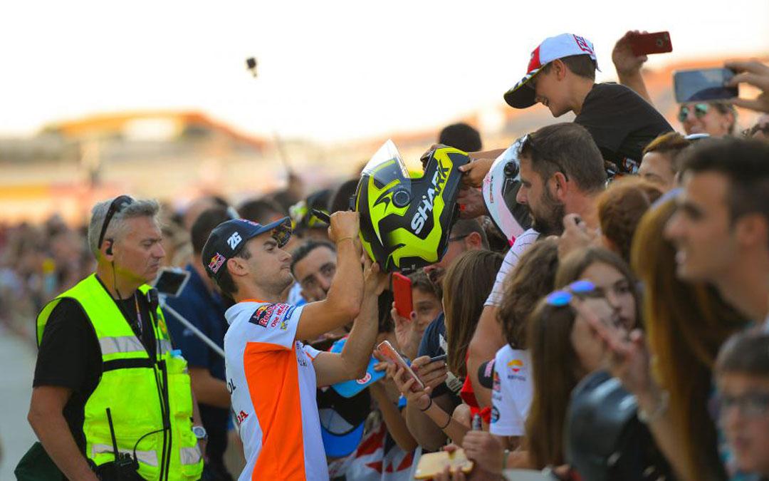 El piloto Dani Pedrosa atendió ayer a sus seguidores en el pit lane walk que se celebró por la tarde en el paddock. La del domingo será su última carrera en Aragón de Moto GP puesto que se retira este año de la categoría. Estuvo muy arropado por sus fans, que le acompañarán todo el fin de semana. ASMEDIA