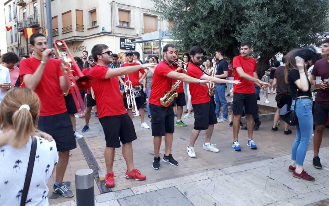 La charanga Los Sonaos ambientando la plaza Mendizábal el viernes por la tarde