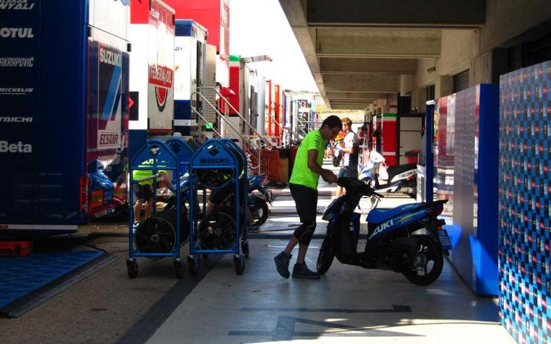 Los equipos del Mundial, preparando todo para el Gran Premio. // MotorLand.