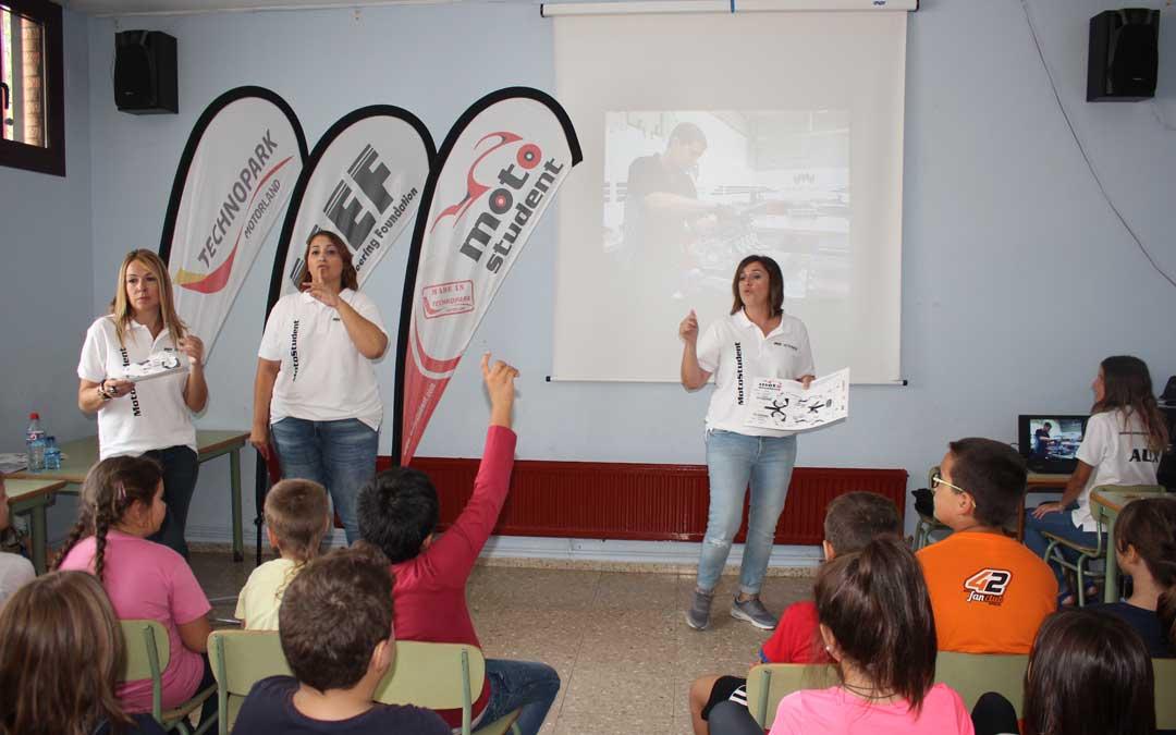 Algunas alumnas del taller de empleo de Marketing en el sector del motor impartiendo una charla este miércoles en el colegio Emilio Díaz