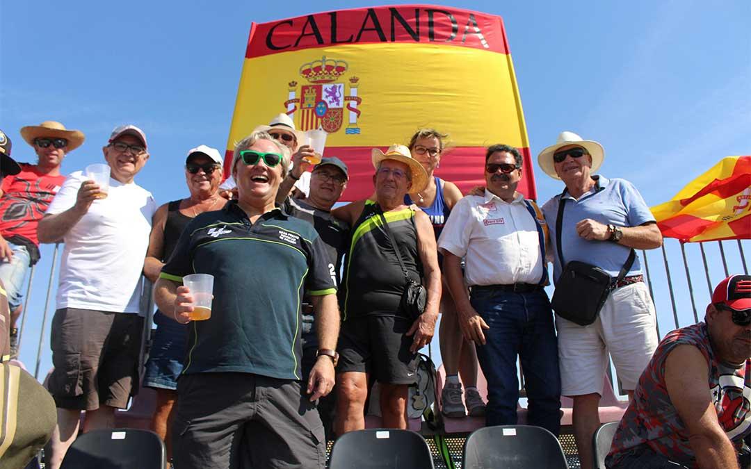 Juan Carlos Ráfales y los suyos fueron en autobús desde Alcañiz, una manera de llegar que no habían probado y que recomiendan. A la Pelouse 6 se llevaron sombrillas, agua y crema solar.