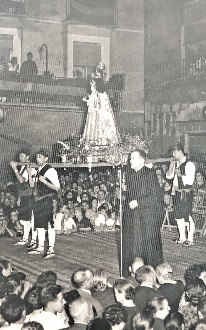La plaza de España a rebosar en la tarde del 9 de septiembre de 1962 para la ofrenda a la Virgen. Foto: Archivo Municipal