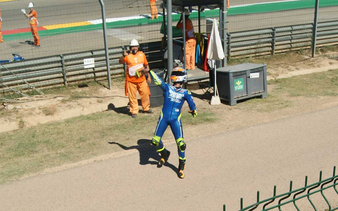 Rins celebrando la cuarta posición con su grada. BEATRIZ SEVERINO
