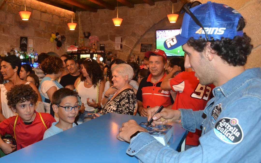 El piloto Álex Rins ayer firmando fotografías en La Gruta