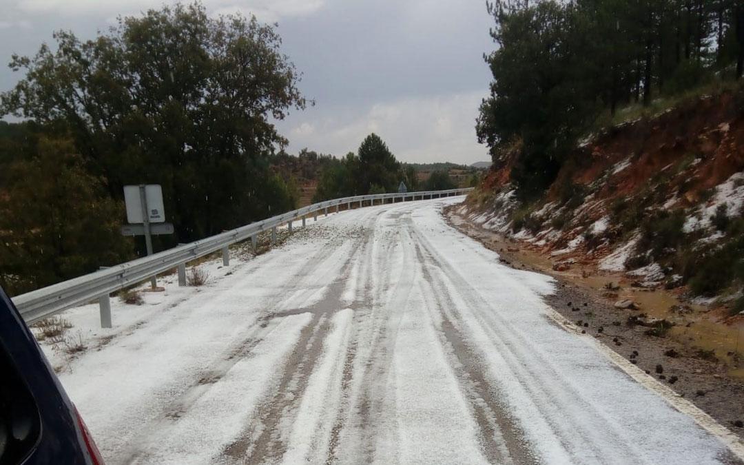 La carretera entre Segura de Baños y Vivel del Río Martín se tiñó de blanco por la granizada. Foto: Ernesto Ferreruela