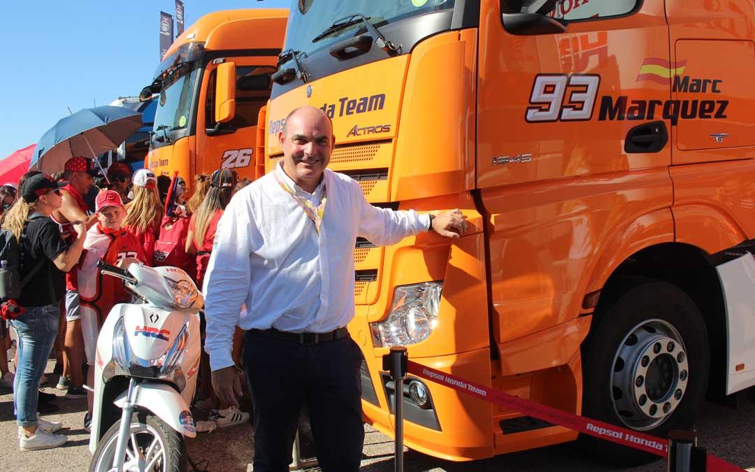 Gracia Suso, el domingo, junto al camión del Marc Márquez