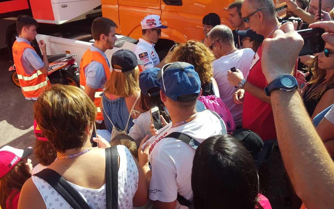 Marc Márquez atendió a sus fans por la mañana en el paddock de Motorland. JUAN PEÑALVER