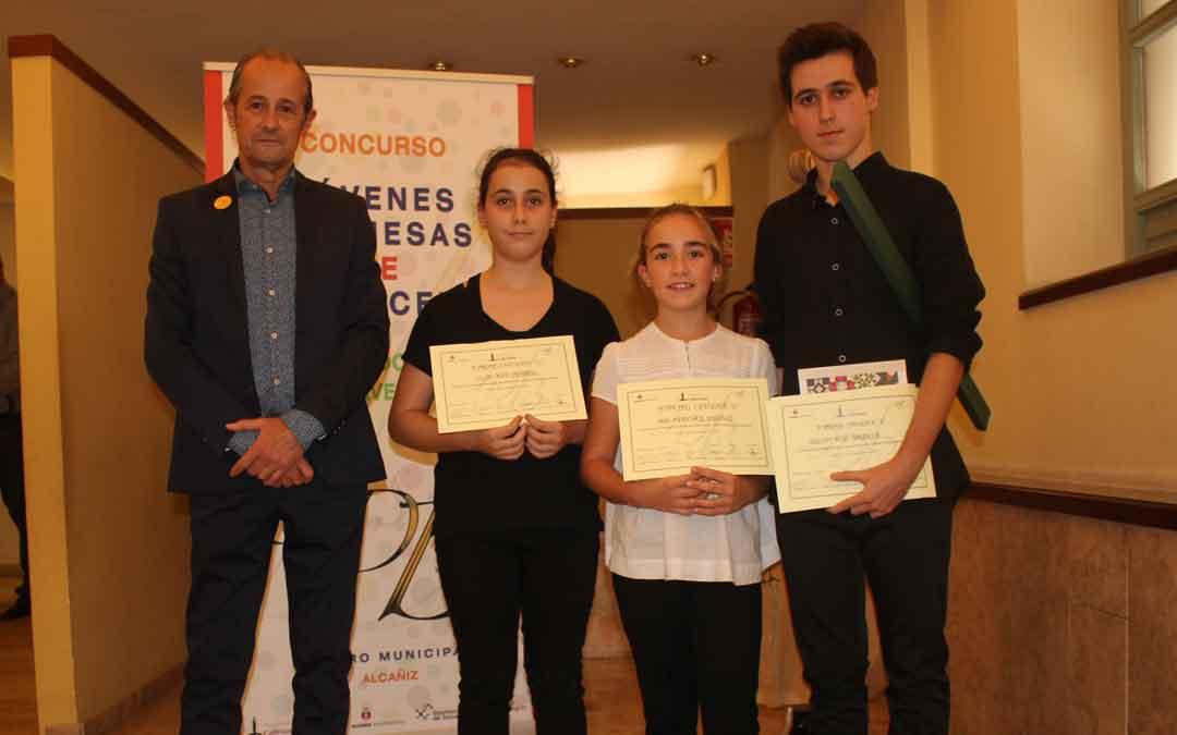 Los ganadores con el presidente de la asociación, Vicente Dobato