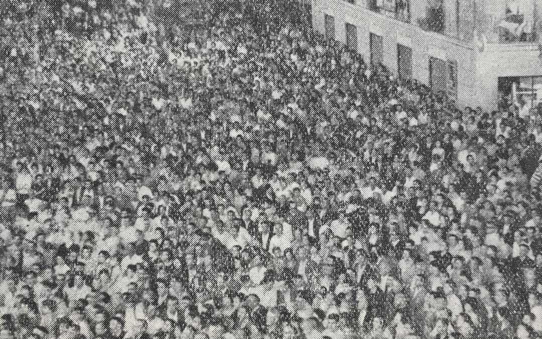 Fotografía del Anuario Parroquial de 1962 (explica lo acontecido el año anterior) en la que se veía, tal y como relata el texto, «parte de la enfervorecida muchedumbre que llenaba la plaza». Foto: Archivo Municipal