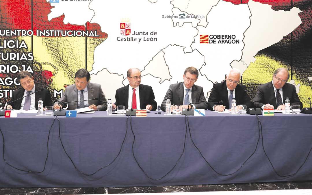 Los seis presidentes ayer durante la reunión. En el centro, el anfitrión Javier Lambán