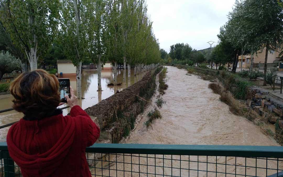 Vecina de Albalate contemplando la riada este sábado