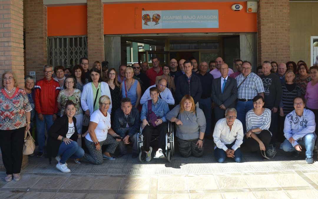 Foto de familia de usuarios, trabajadores y representantes institucionales ayer tras la inauguración de la sede de Asapme en Alcañiz.