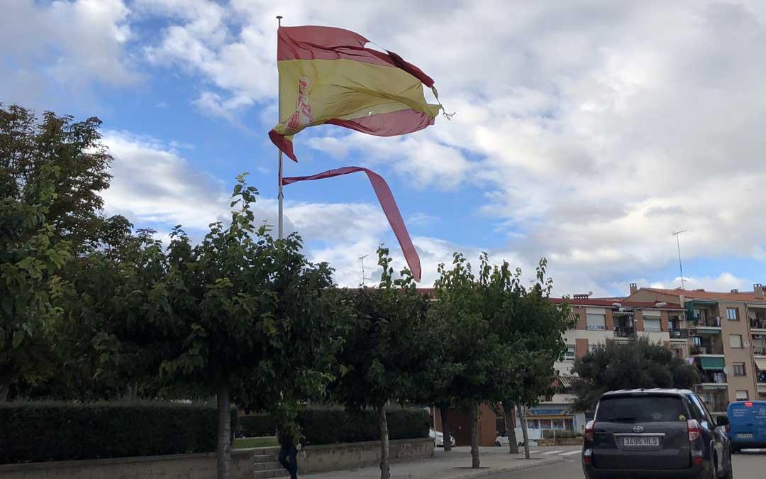 La bandera de España está hecha jirones