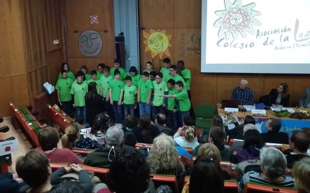 Actuación de los alumnos durante la presentación. GLORIA FUERTES
