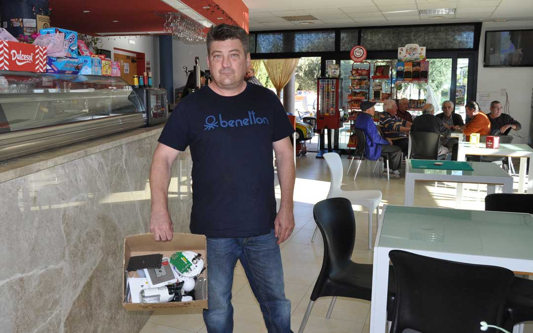El gerente del Bar de Las Piscinas de Valjunquera muestra el destrozo que los ladrones hicieron en el sistema de seguridad