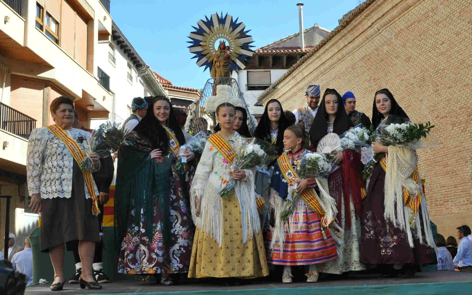Familias enteras y grupos de amigos pasaron por la Ofrenda a la Virgen del Pilar
