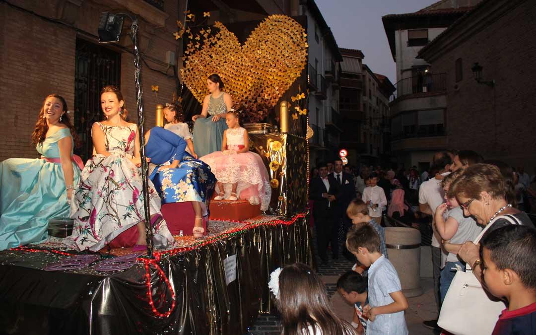 Las Reinas desfilando en su carroza por las calles de la localidad