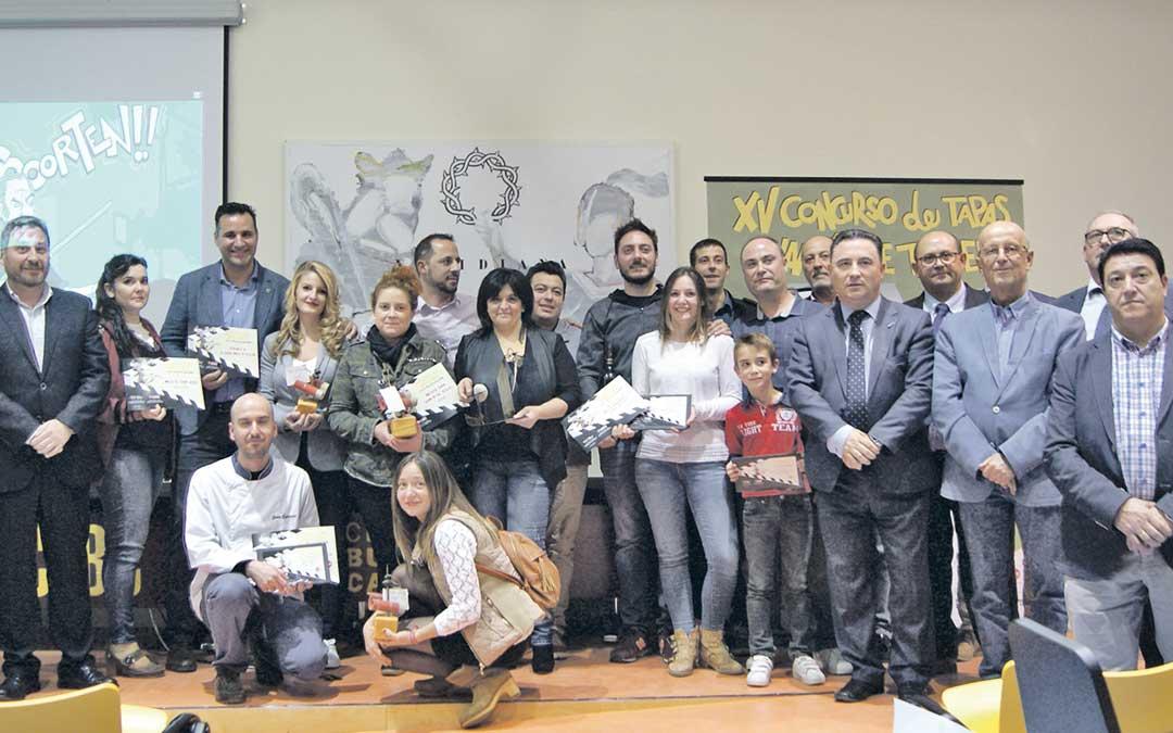 Foto de familia de los premiados con el jurado y los responsables políticos y sociales encargados de entregar los galardones ayer en uno de los salones de conferencias del Centro Buñuel Calanda.