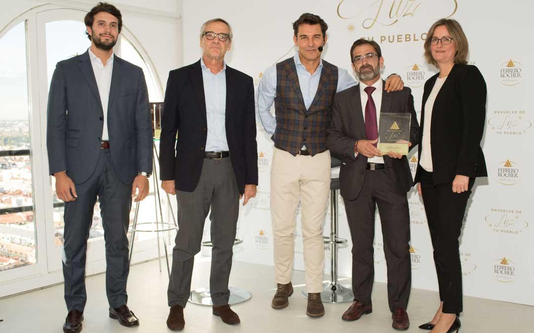 Carlos Boné recibió de manos de Jesús Vázquez y los responsables de la marca, una placa conmemorativa