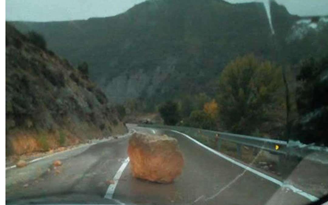 Piedra de gran tamaño en la carretera entre Mirambel y Olocau del Rey. Foto: David Jiménez