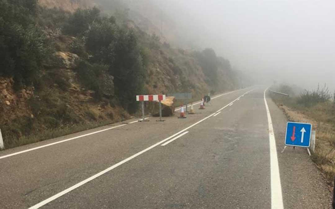 Piedra que se ha caído en la carretera de Castelserás a Alcañiz