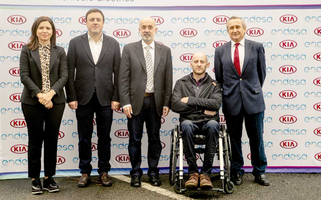 Representantes de Endesa y KIA ayer durante la inauguración