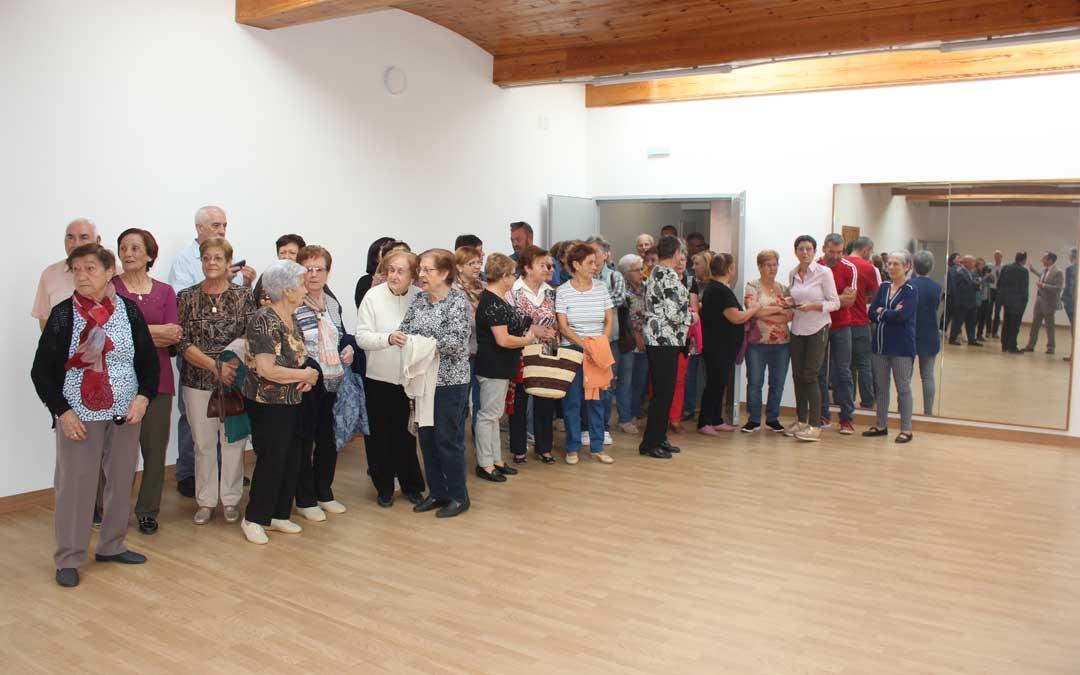 Muchos vecinos acudieron ayer al mediodía a ver el nuevo espacio. En la imagen, en la sala en la que se impartirán clases. l. castel