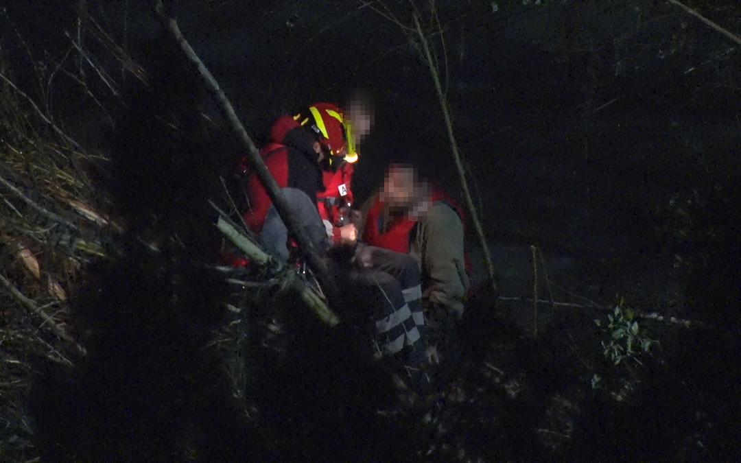Instante del rescate por parte de un bombero del Parque de Alcañiz.