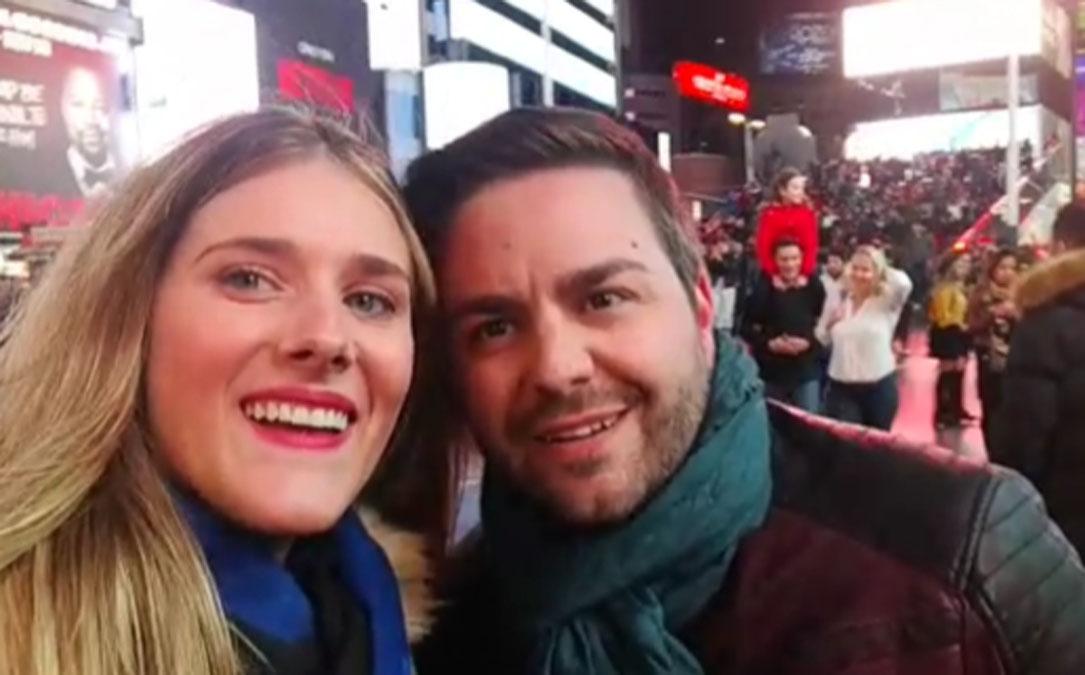 Rocatín y Sánchez a punto de entonar La Palomica en Times Square durante su luna de miel