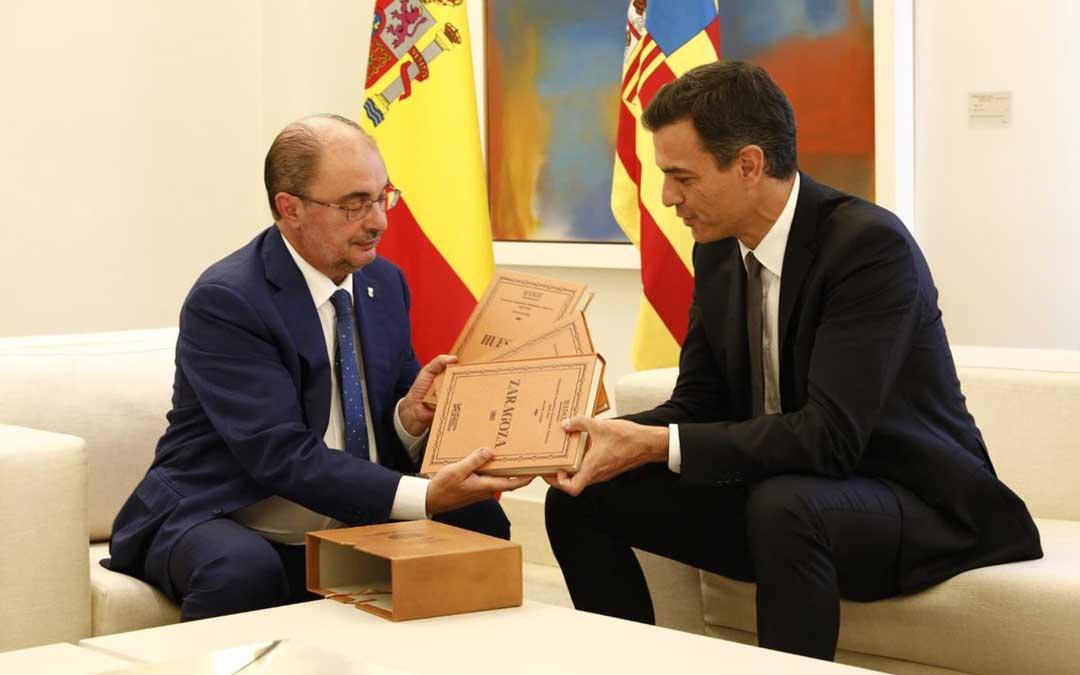Instante de la reunión entre el presidente de Aragón y el de España. Delante, el presente con mensaje que llegó de Zaragoza. jorge villar