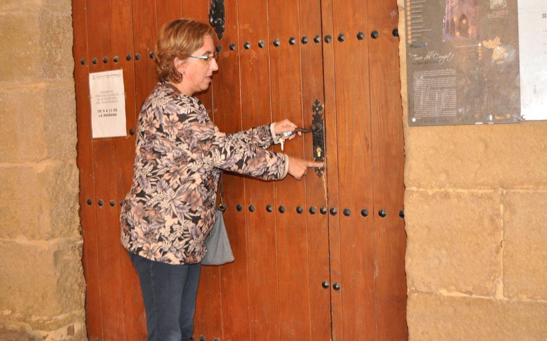 La alcaldesa de Torre del Compte, Lola Lleonart, muestra el rastro que dejaron los ladrones en la cerradura