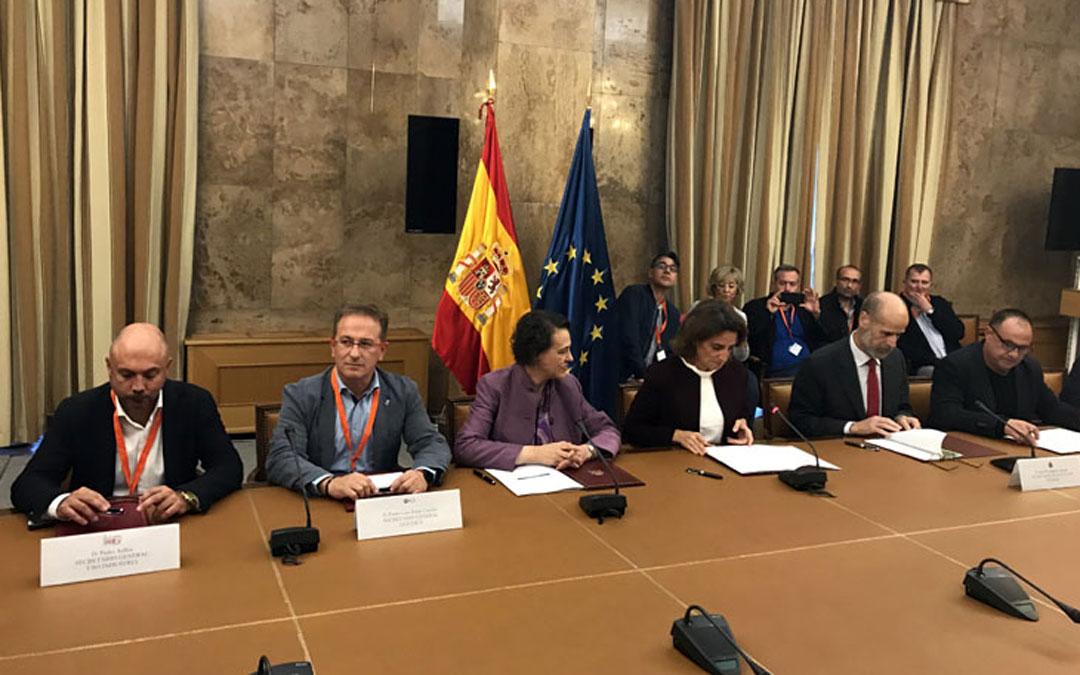 Firma este miércoles del Plan del Carbón en el Ministerio. En el centro, la Ministra Teresa Ribera. UGT