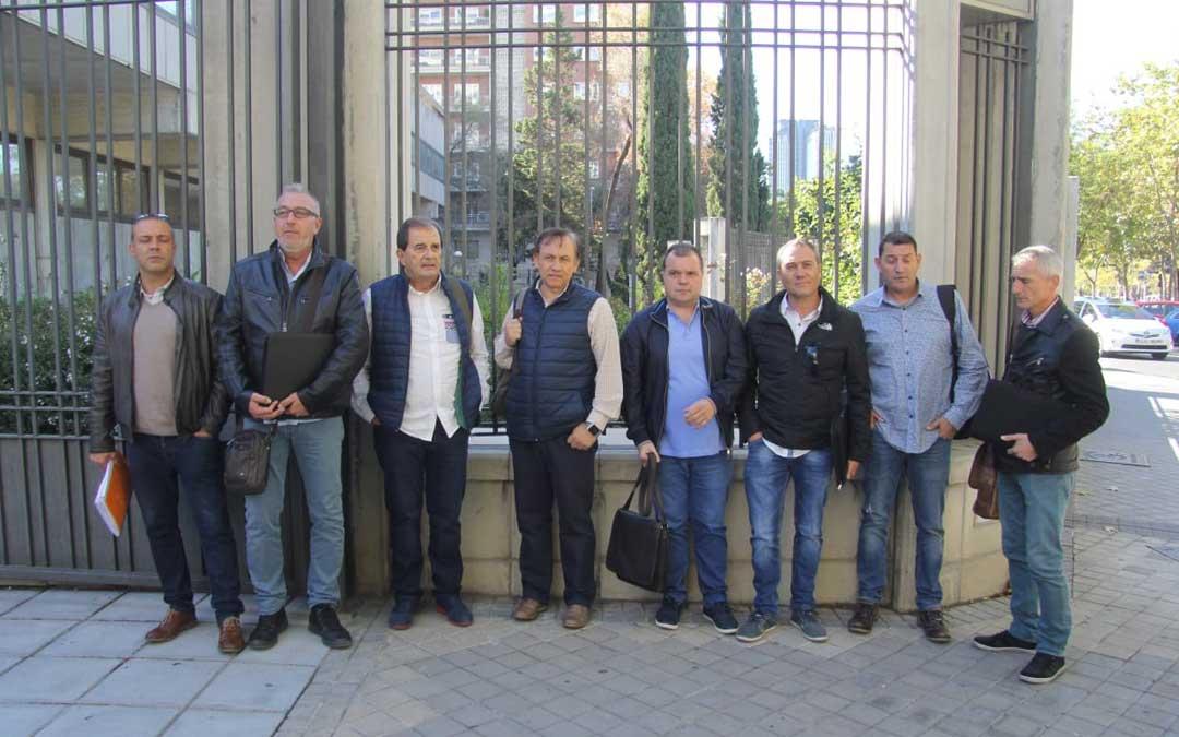 Los representantes sindicales este martes antes de la reunión. IÑAKI ECHARRI