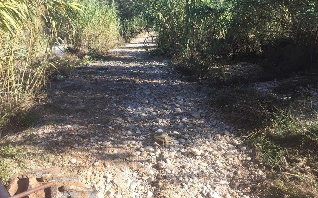 Camino en mal estado en Mazaleón