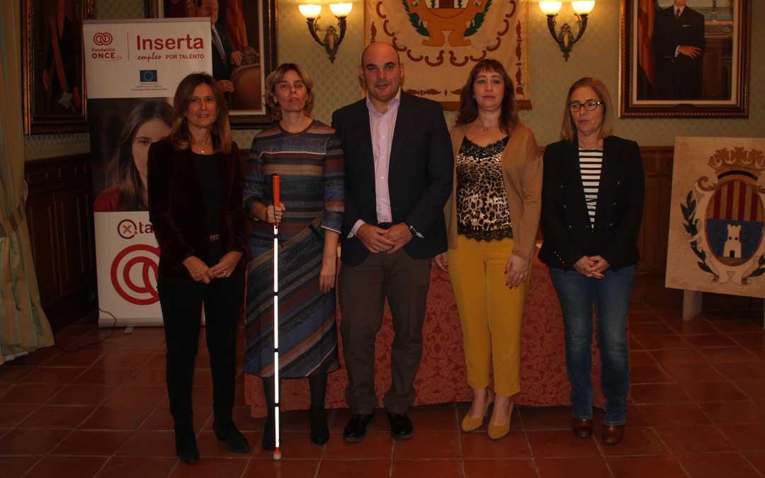 La directora de Inserta Empleo y el alcalde, ayer, junto con responsables de Inserta Aragón y la edil de Acción Social. l. castel