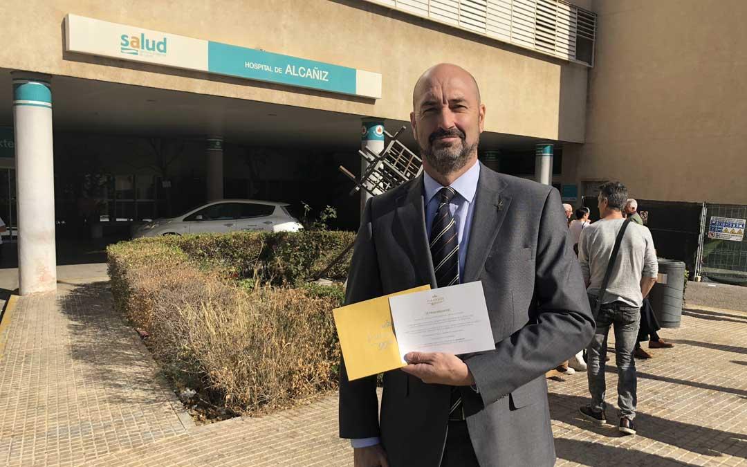 El director del Parador de Alcañiz, Alberto Hernández, con el bono de alojamiento que ha entregado a los primeros padres del 9 de octubre