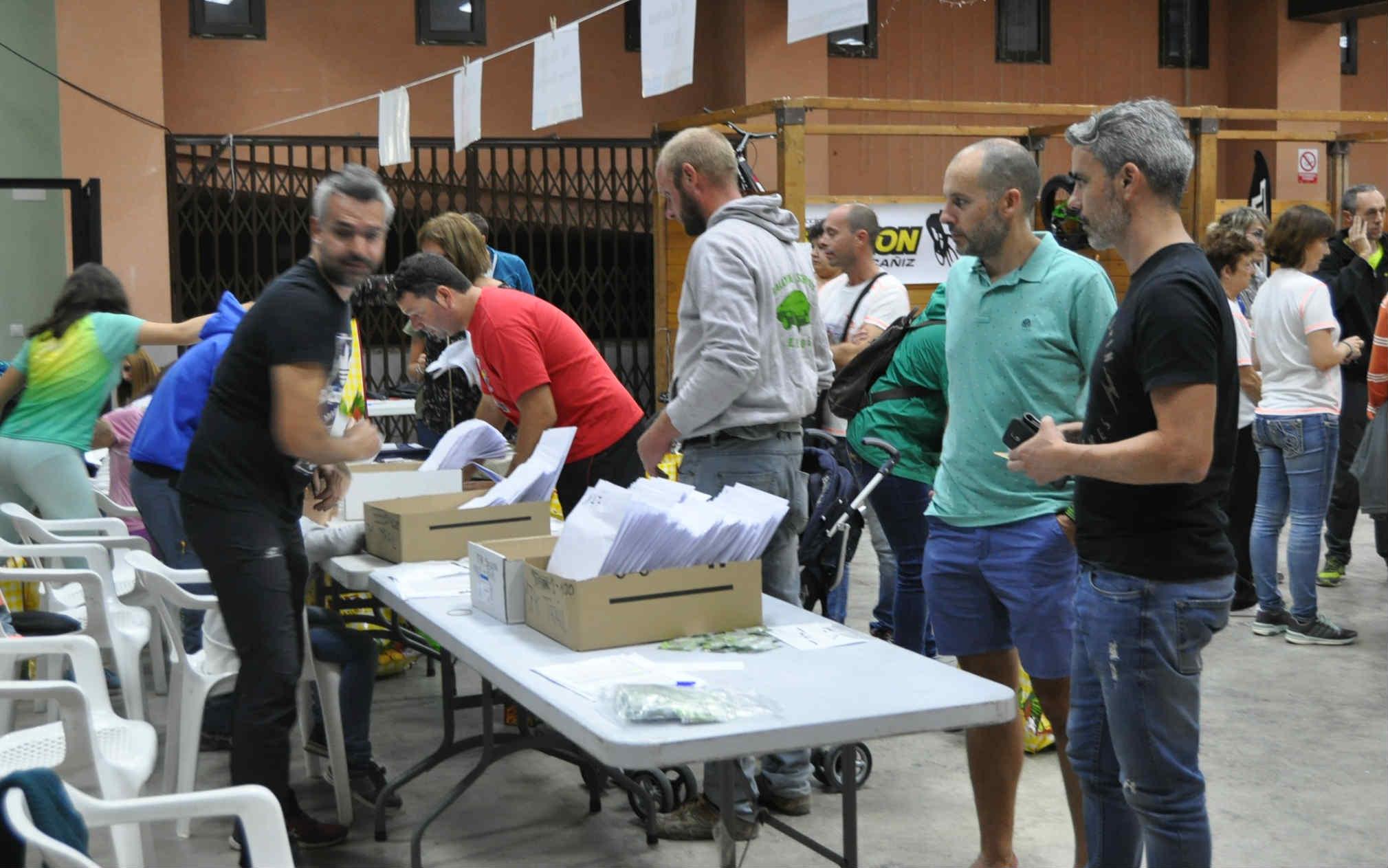 Los participantes recogieron sus dorsales durante toda la jornada