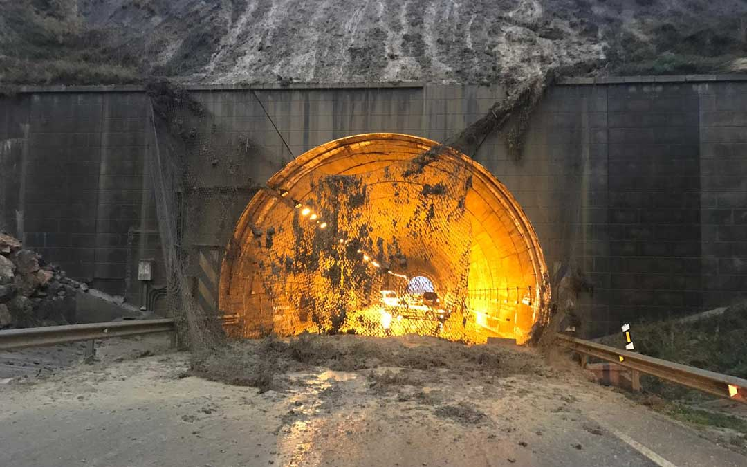 La malla que evita los desprendimientos se ha caído sobre la carretera en el túnel de Sant Just