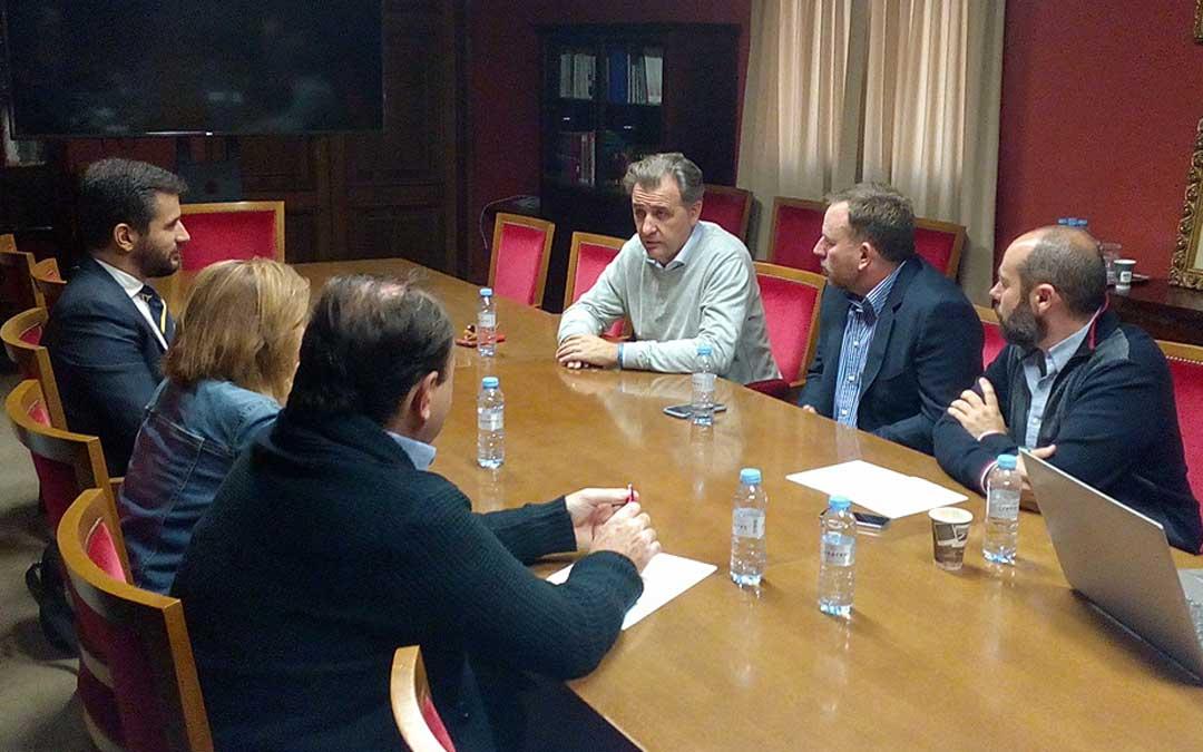 Las empresas del sector y el alcalde de Utrillas reunidos en el Ayuntamiento. ayto. utrillas